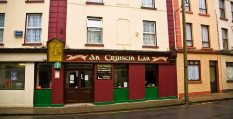 What does An Crúiscín Lan mean?